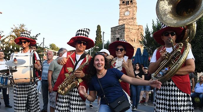 Eylül Ayında Antalya Sokaklarında Karnaval Rüzgarı Esiyor