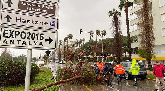 Antalya Büyükşehir Belediyesi'nden Fırtına ve Yağmur Seferberliği
